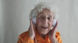 abuelita-cantando-su-cancion-favorita-62484888